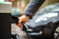 Elektrisch voertuig die op straat, in het UK laden royalty-vrije stock foto's