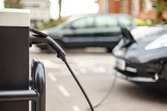 Elektrisch voertuig die op straat, in het UK laden royalty-vrije stock fotografie