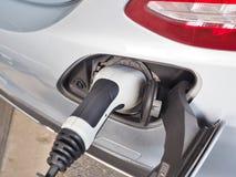 Elektrisch voertuig of EV-auto die stroom laden Royalty-vrije Stock Afbeeldingen