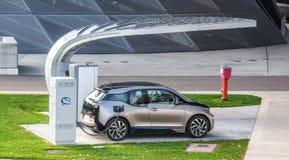 Elektrisch voertuig het laden (BMW i3) Stock Afbeelding