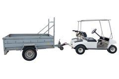Elektrisch voertuig met een aanhangwagen voor golf op witte achtergrond wordt geïsoleerd die royalty-vrije stock afbeeldingen