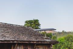Elektrisch Zonnepaneel op dak stock fotografie