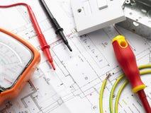 Elektrische Ausrüstung auf Haus-Plänen Stockfotos