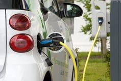 Elektrische auto bij krachtcentrale Stock Afbeelding