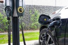 Elektrische auto bij krachtcentrale Stock Fotografie