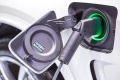 Elektrische auto die op parkeerterrein met het elektrische auto laden belasten Royalty-vrije Stock Foto's