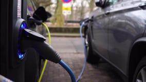 Elektrische auto die op parkeren in Amsterdam laden stock footage