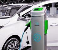 Elektrische auto die worden geladen. Royalty-vrije Stock Afbeeldingen