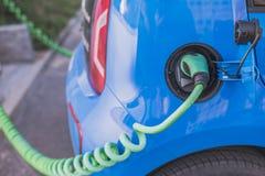 Elektrische auto het laden batterijen stock foto