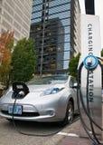 Elektrische auto het laden post stock afbeelding