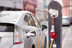 Elektrische Auto in het Laden Post Stock Fotografie