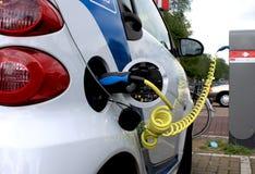 Elektrische auto op de kabelmacht Stock Afbeelding