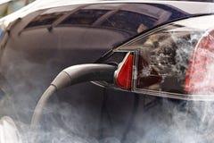 Elektrische auto versus verontreiniging Stock Afbeelding