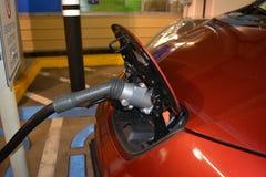 Elektrische auto wordt gestopt die in Royalty-vrije Stock Foto's