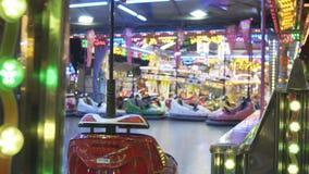 Elektrische Autoskooters oder dodgem Autos am Vergnügungspark stock video footage