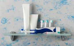 Elektrische Bürste und austauschbare Düsen von unterschiedlichen Farben, von Klarspüler und von Zahnpasta stockbilder