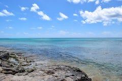 Elektrische blauwe oceaan van de kust van Grote Turk stock afbeeldingen