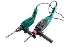 Elektrische Bohrmaschine und Bohrhammer auf einem hellen Hintergrund Stockfoto