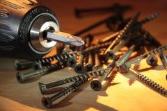 Elektrische boor en houten schroeven over timmerhout Royalty-vrije Stock Foto