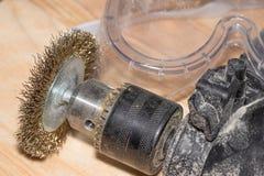 Elektrische boor met schijf voor het werk houten oppervlakten en beschermende brillen op een houten schrijnwerkerijlijst royalty-vrije stock afbeelding