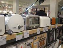 Elektrische broodroosters op vertoning in een opslag. Stock Foto's