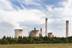 Elektrische centrale achter Gebied en Bomen Stock Afbeelding