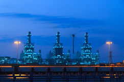Elektrische centrale bij nacht stock fotografie