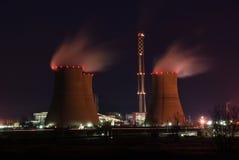Elektrische centrale bij nacht stock afbeelding