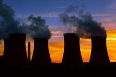 Elektrische centrale bij zonsondergang Royalty-vrije Stock Foto's