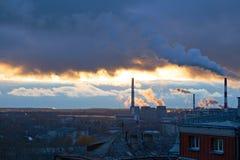 Elektrische centrale boven woonblokken van stad wordt gezien die Royalty-vrije Stock Fotografie