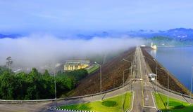 Elektrische elektrische centrale, de Wegmanier van de bhumiboldam in Thailand Stock Afbeeldingen