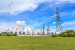 Elektrische centrale en hoogspanningspowerline Royalty-vrije Stock Foto's