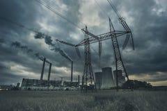 Elektrische centrale met de lijn van de hoogspanningsmacht en dramatische wolken royalty-vrije stock foto's