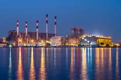 Elektrische centrale met het reusachtige koelen Stock Foto's