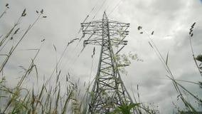 Elektrische centrale timelapse elektriciteit - steun Met hoog voltage Regenwolken in de hemel - het gevaar van de schaalelektrisc stock videobeelden