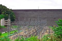 Elektrische centrale van achter de dam en het milieu Stock Fotografie