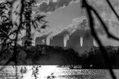 Elektrische centrales over een meer stock fotografie