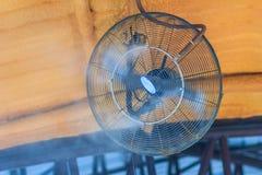 Elektrische damp koelventilator op het plafond, water mijnheerfan slag stock afbeeldingen