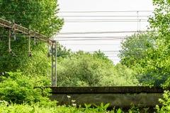 Elektrische de leveringskabels van de metaalhoogspanning over spoorweg Royalty-vrije Stock Fotografie