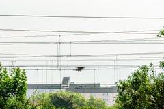 Elektrische de leveringskabels van de metaalhoogspanning over spoorweg royalty-vrije stock afbeeldingen