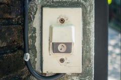 Elektrische de Zoemerknoop van de Huispoort op concrete muur Stock Foto