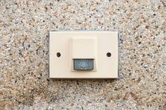 Elektrische deurklok op rotsmuur Stock Afbeeldingen
