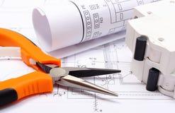 Elektrische Diagramme, elektrische Sicherung und Arbeitswerkzeuge auf Bauzeichnung des Hauses Stockbilder