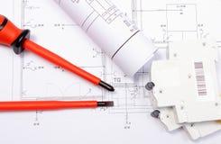 Elektrische Diagramme, elektrische Sicherung und Schraubenzieher auf Bauzeichnung des Hauses Stockfoto