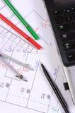 Elektrische Diagramme, Zubehör für das Zeichnen und Laptop Lizenzfreie Stockfotos