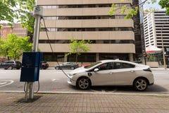 Elektrische die auto in een EV-het laden post wordt gestopt royalty-vrije stock afbeelding