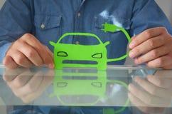 Elektrische die auto van document wordt gemaakt stock foto
