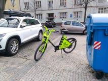 Elektrische die fiets op de stoep in Praag wordt geparkeerd stock afbeelding