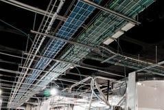Elektrische dienbladen voor elektro en gegevens aanleg van kabelnetten stock foto