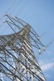 Elektrische distributietoren met hoogspanningskabels stock foto